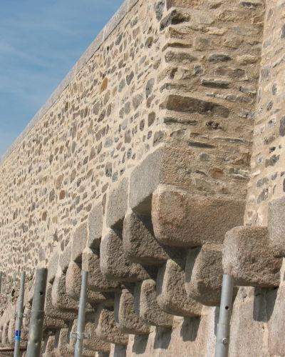 Mur de rempart estauré