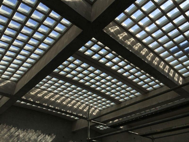 Verrière en panneaux préfabriqués de pavés de verre