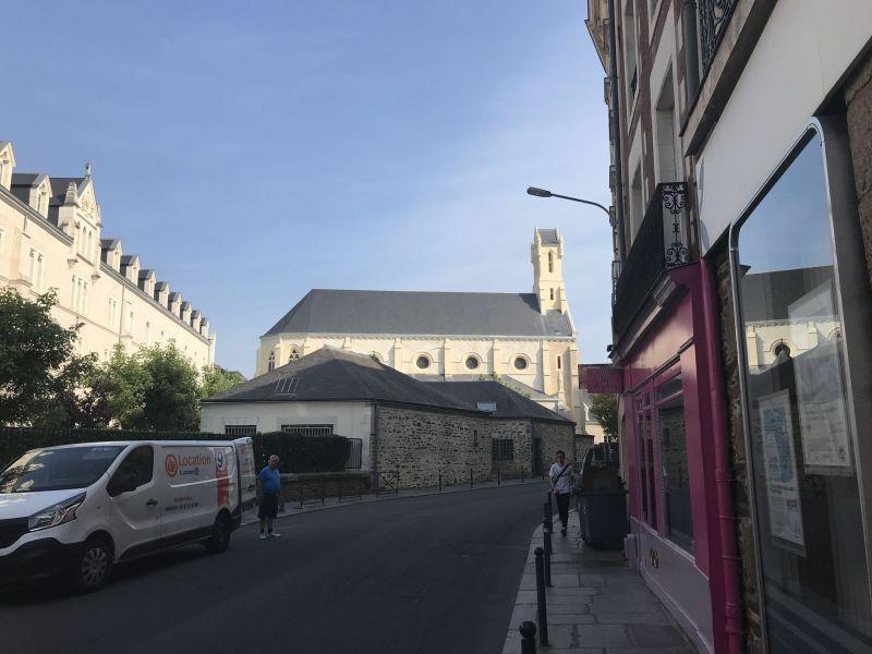 La chapelle rénovée vue de la rue d'Antrain